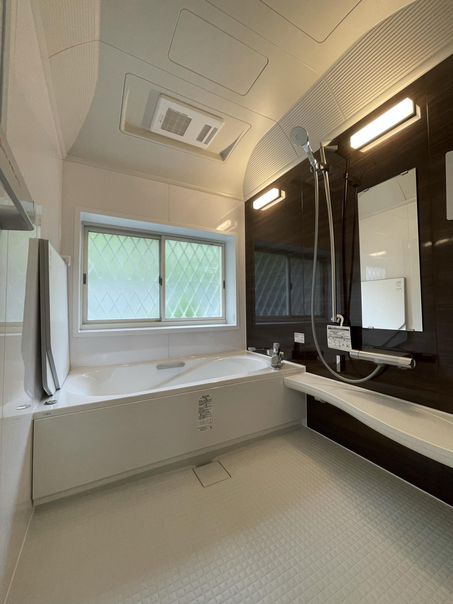 LIXILアライズ  「キレイサーモフロア」と「まる洗いカウンター」でお手入れ楽々♬  ユニットバスの入れ替えも致します!